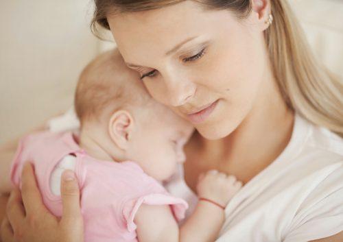 Ребенок обнимает мать