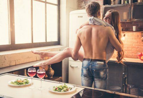 Девушка и парень на кухне