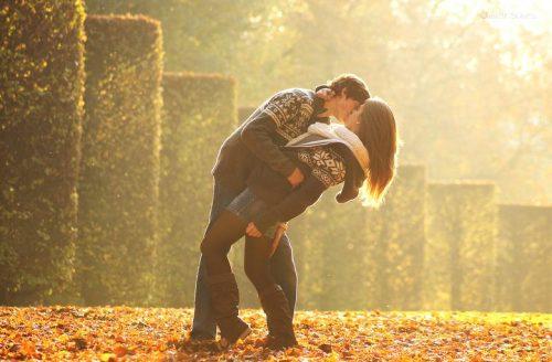 Парень целует девушку осенью