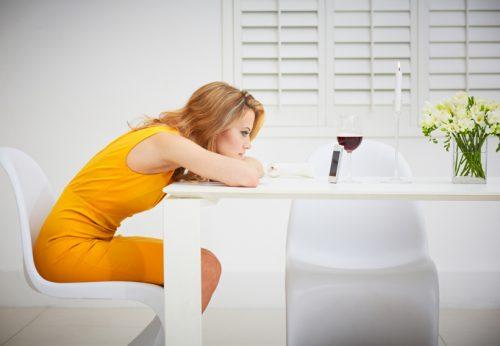 Девушка ждет звонка