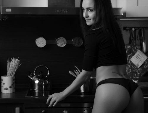 Девушка на кухне варит макароны