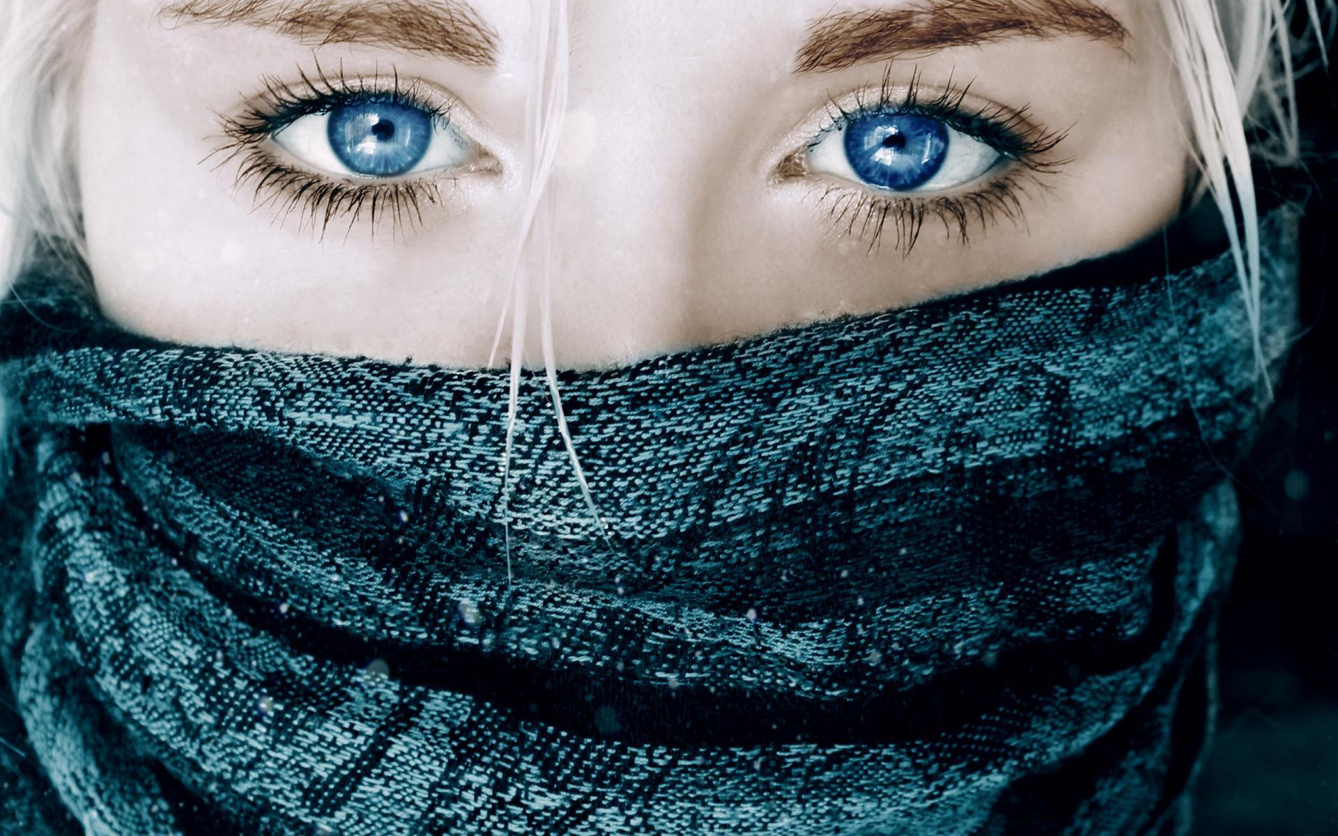 Голубые глаза крупным планом