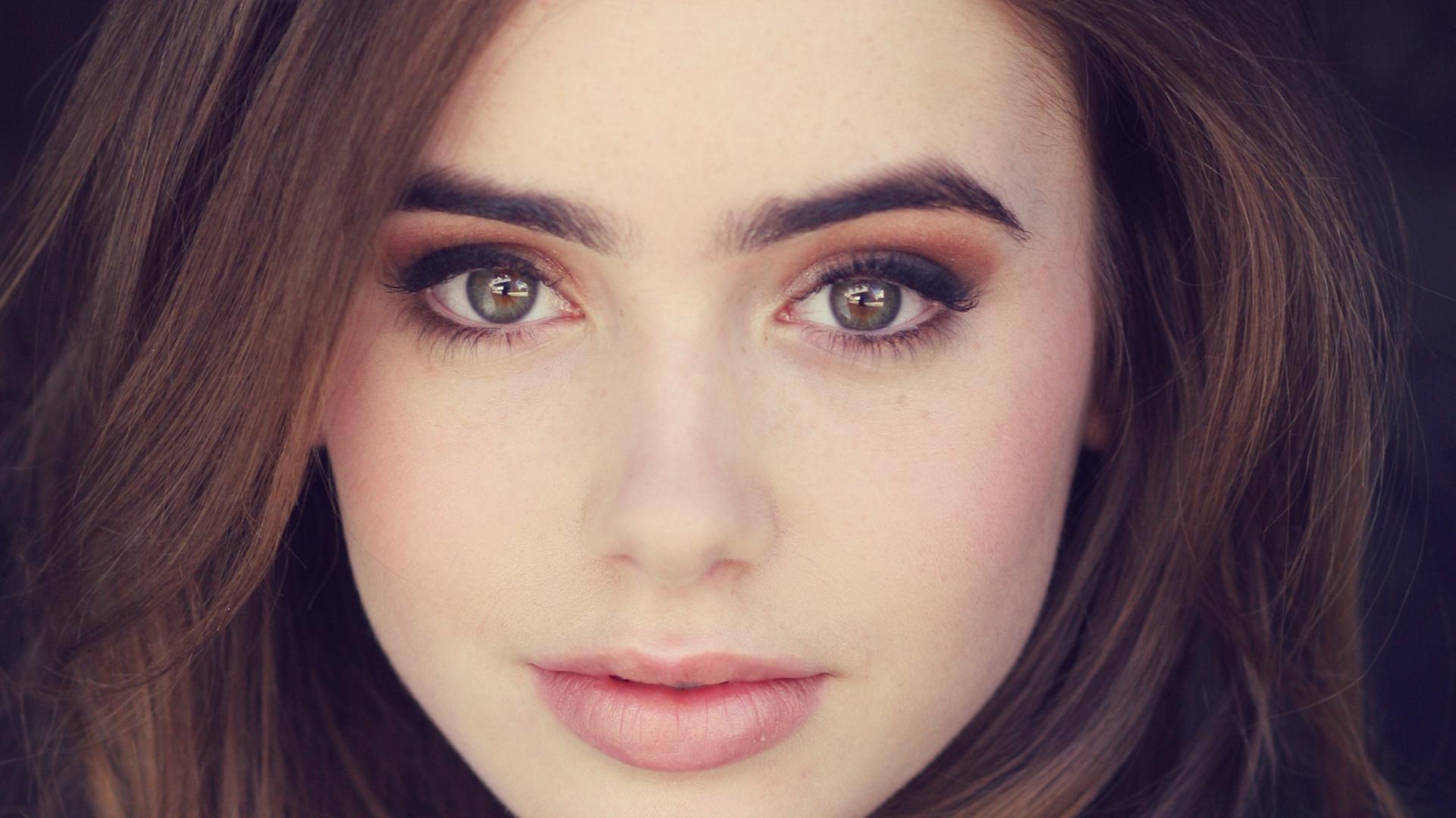 очаровательная девушка с красивыми глазами