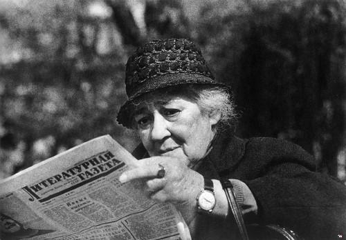 Фаина Раневская читает газету