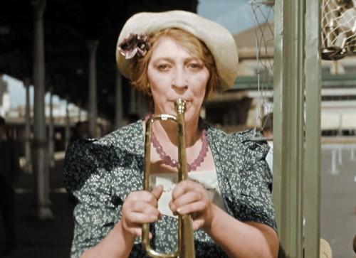 Фаина Раневская играет на трубе