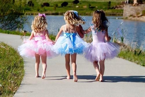 Три маленькие девочки в пышных платьях