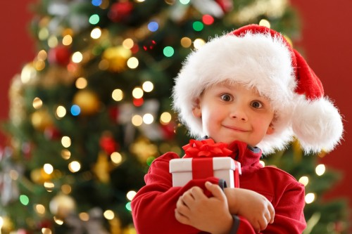 Маленький мальчик держит подарок