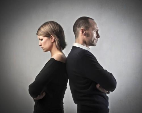 Мужчина и женщина стоят друг к другу спиной