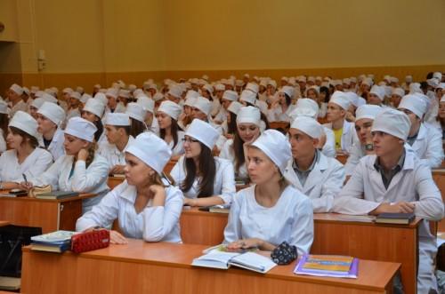 Студенты-медики на лекции в аудитории