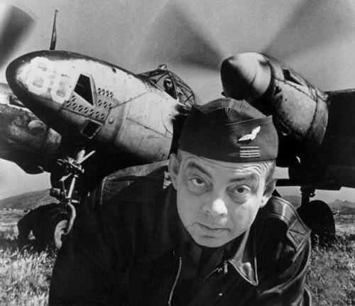 Антуан де Сент-Экзюпери рядом с самолетом