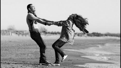 Парень с девушкой держатся за руки