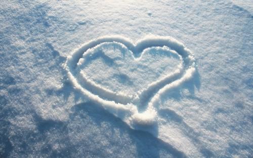 Сердце, нарисованное на снегу