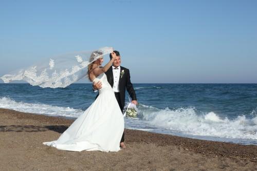 Жених и невеста на берегу моря