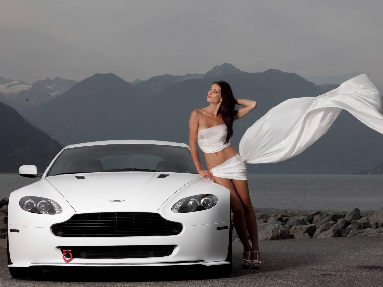 Девушка стоит рядом с белым автомобилем