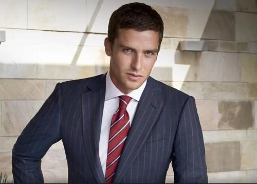 Мужчина в костюме и галстуке