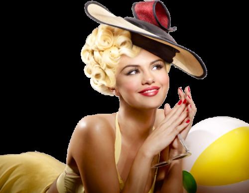 Женщина в шляпке улыбается