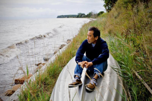 Японский мыслитель Харуки Мураками на берегу моря
