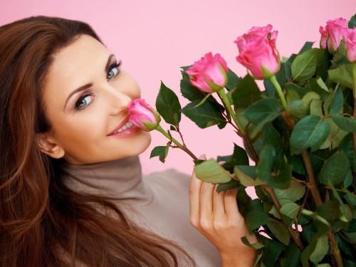 Женщина с букетом роз