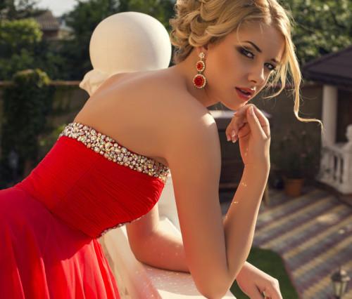 Женщина в красном вечернем платье