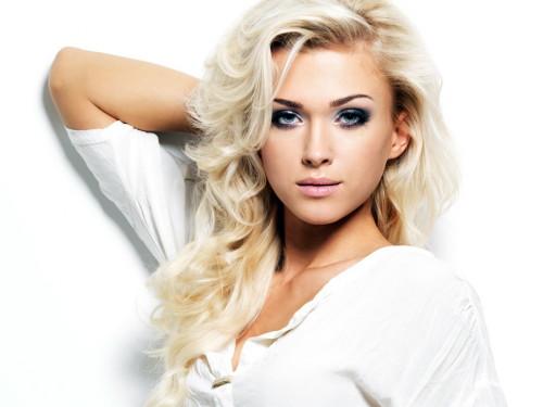 Блондинка с длинными волосами в белой тунике