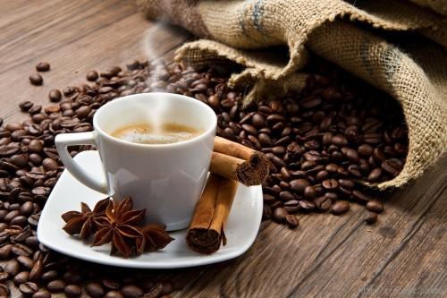 Кофейные зерна, корица, анис и заваренный кофе