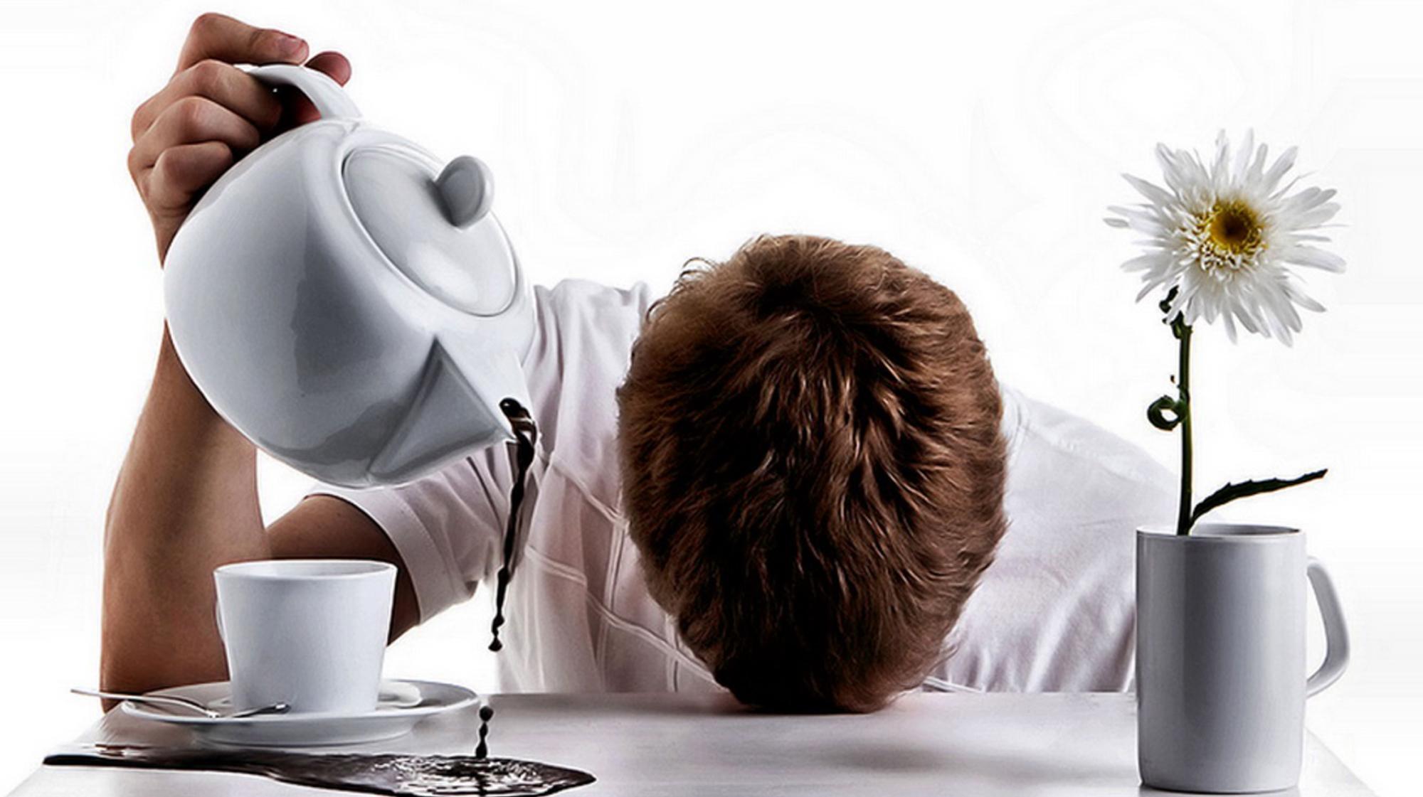Парень наливает кофе из кофейника мимо чашки