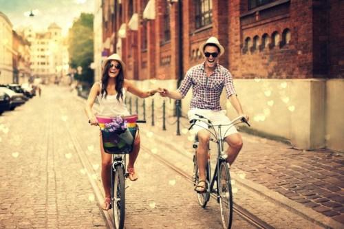 Парень с девушкой едут на велосипедах