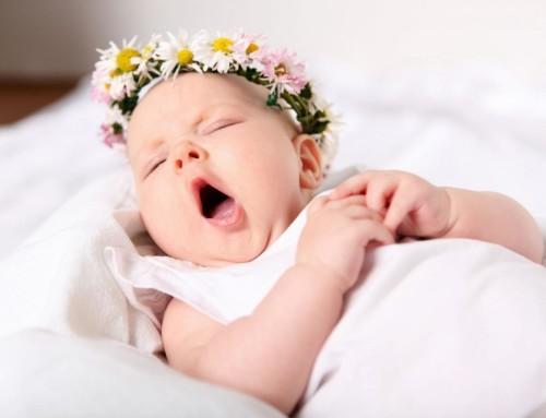 Малыш зевает во сне
