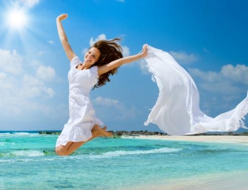 Девушка прыгает на берегу моря