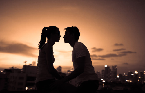 Силуэты влюбленных на фоне вечернего неба