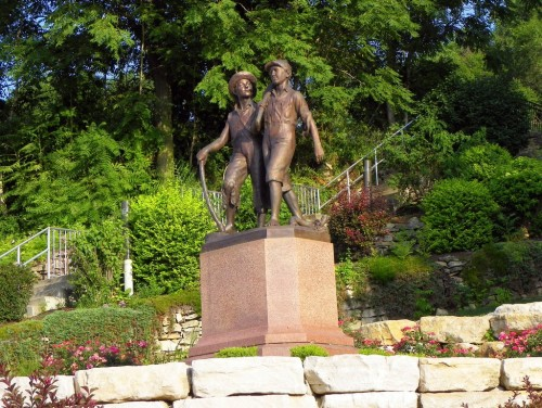 Памятник Тому Сойеру и Гекльберри Финну