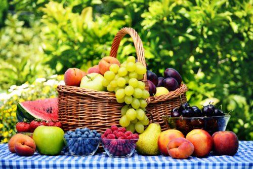 Фрукты и ягоды на столе