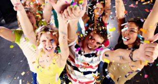 Девушки и парни на вечеринке