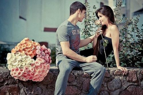 Парень подарил девушке букет роз