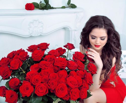 Девушка с букетом красных роз
