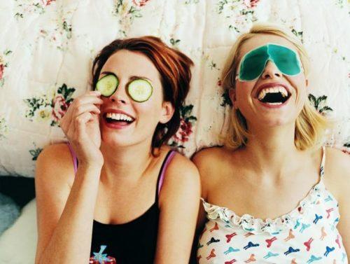 Две подруги смеются