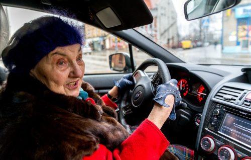Старушка за рулем автомобиля
