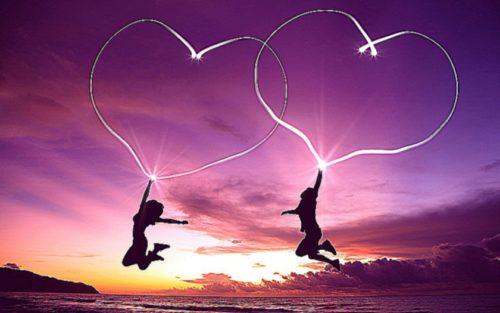 Двое влюбленный на берегу моря