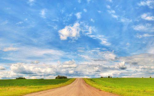 Небо с белыми облаками над дорогой