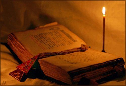 Старинное Евангелие и свеча
