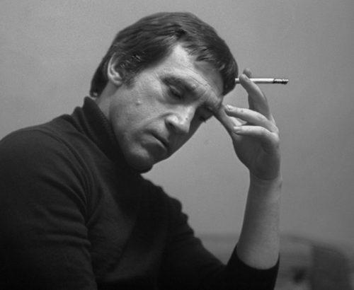 В. Высоцкий с сигаретой