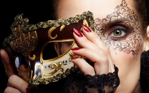 Девушка снимает карнавальную маску