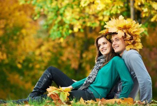 Влюблённые в осеннем лесу