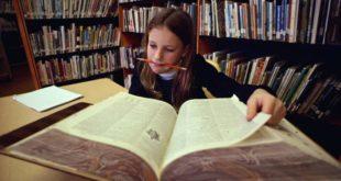 Девочка за большой книгой