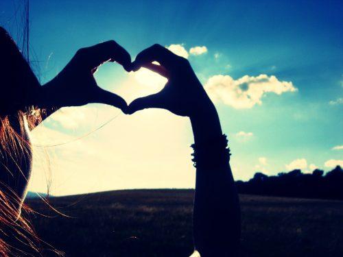 Руки сложены в форме сердца