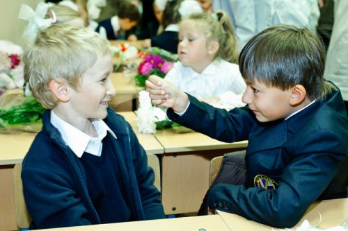 Школьник показывает фигу другому
