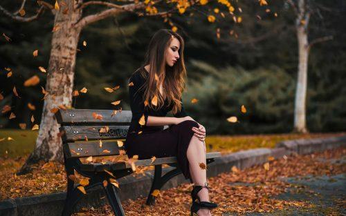 Девушка на лавочке осенью