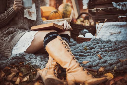 Девушка на пледе осенью