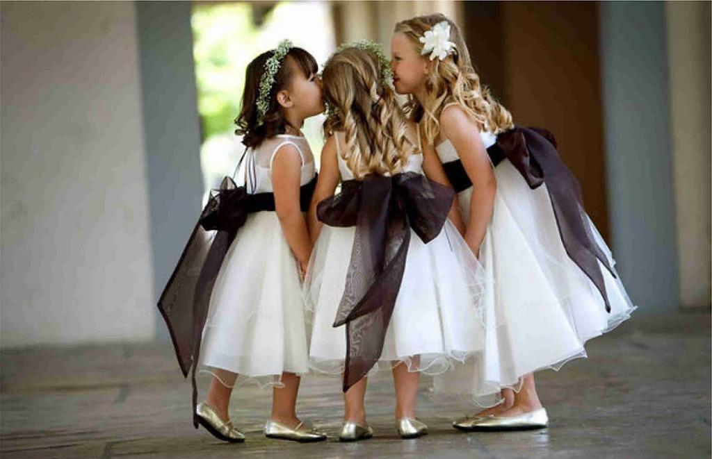 Три маленькие девочки в белых платьях